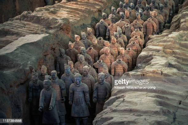 the terracotta warriors at the mausoleum of the first qin emperor in xi'an, shaanxi province, china - unesco werelderfgoed stockfoto's en -beelden