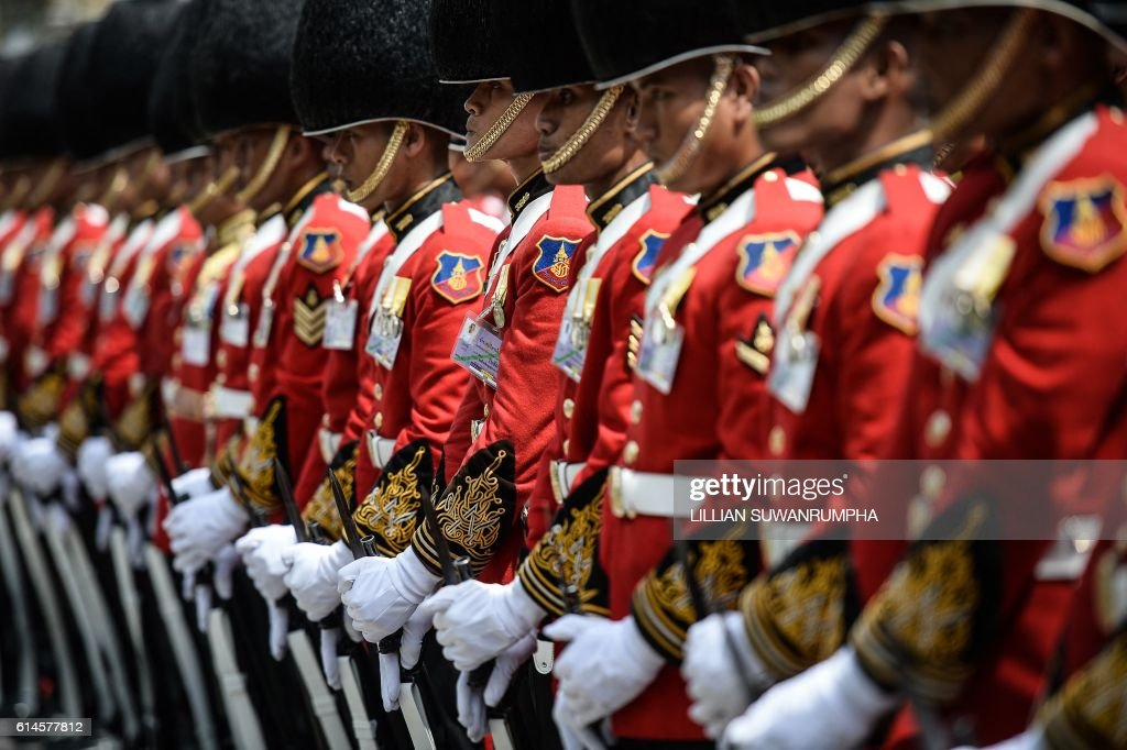 TOPSHOT - The Thai Royal Guard stand in formation in honour of the late Thai King Bhumibol Adulyadej inside the grounds of the Grand Palace in Bangkok on October 14, 2016. Thailand's King Bhumibol Adulyadej, the world's longest-reigning monarch, passed away aged 88 on October 13, 2016 after years of ill health, removing a stabilising father figure from a country where political tensions remain two years after a military coup. / AFP / LILLIAN