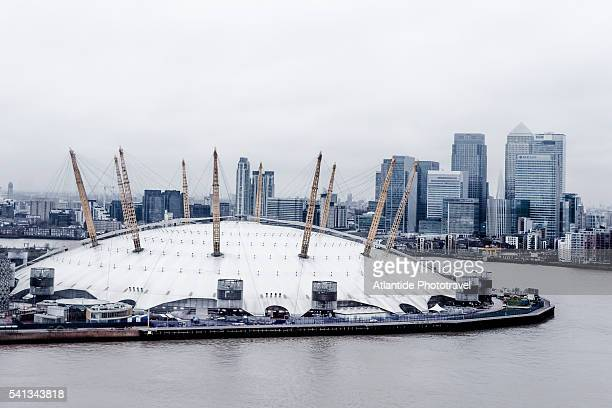 the thames river, the millennium dome and, on the background, canary wharf from emirates air line (london's cable car) - the o2 england stock pictures, royalty-free photos & images