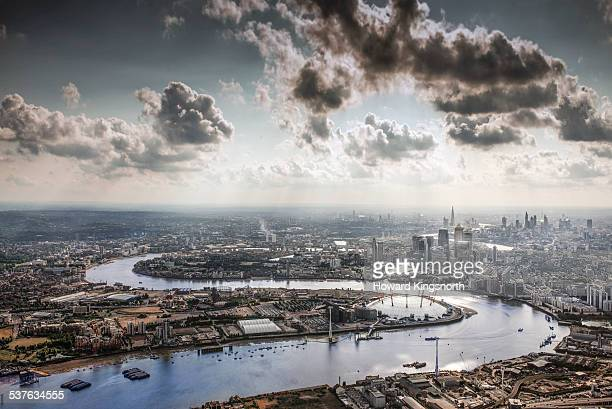 the thames, the o2 and the city of london - theems stockfoto's en -beelden