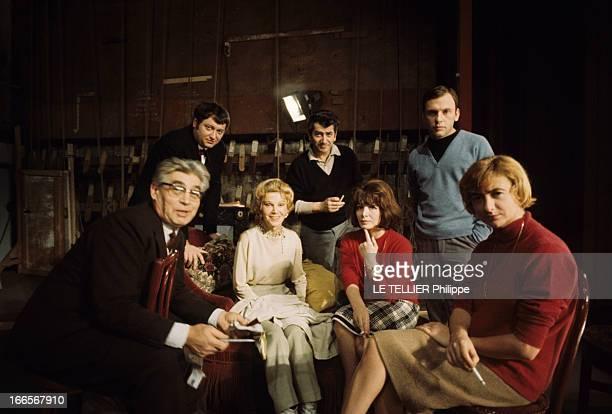 The Theater Play 'Bonheur, Impair Et Passe' By Francoise Sagan At The Theater Of Edward Vii. La troupe posant lors d'une répétition de la pièce, au...
