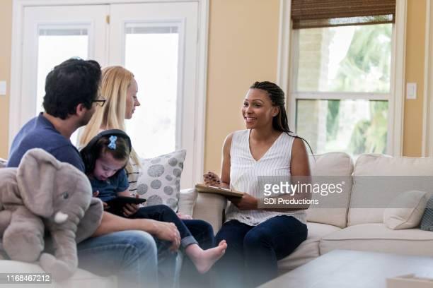 o terapeuta está feliz com as conquistas do jovem cliente - assistente social - fotografias e filmes do acervo