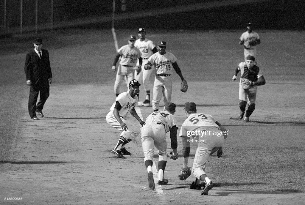 Hank Aaron Caught in The Middle : News Photo