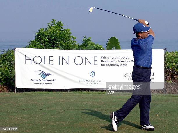 The thirteenth King of Malaysia, Sultan Mizan Zainal Abidin plays golf at Tanah Lot resort in Tabanan on Bali island, 19 May 2007. The King and Queen...