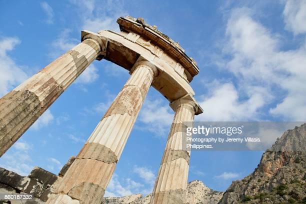 the tholos of the sanctuary of athena pronaia in delphi, greece - diosa atenea fotografías e imágenes de stock