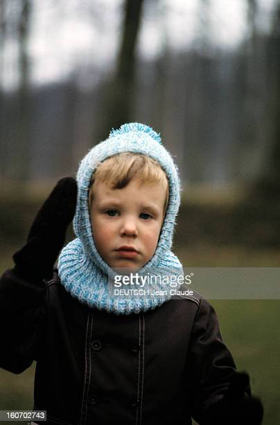 The Three French Princes Of Denmark Au Danemark en mars 1973 dans le parc du château de Fredensbörg portrait du prince JOACHIM DE DANEMARK vêtu d'une...