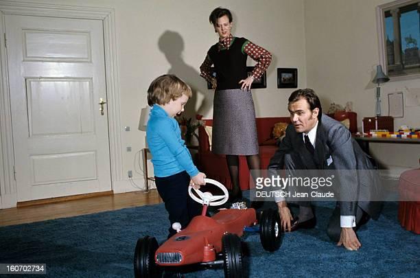 The Three French Princes Of Denmark Au Danemark en mars 1973 dans une pièce du château de Fredensbörg debout les mains sur les hanches coiffée d'un...