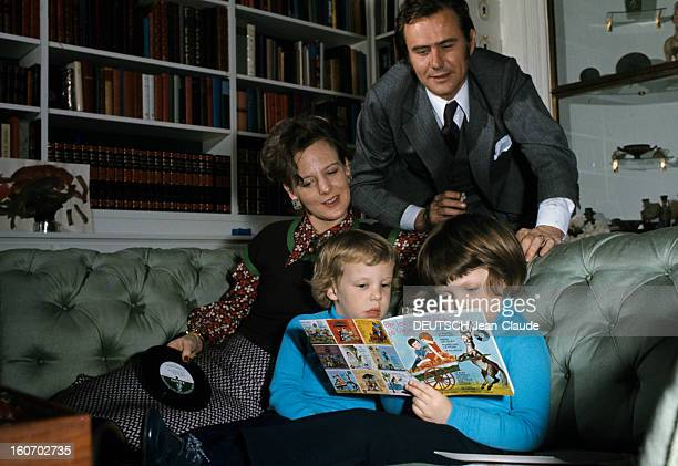 The Three French Princes Of Denmark Au Danemark en mars 1973 dans une pièce du château de Fredensbörg devant une bibliothèque vêtu d'un costume gris...