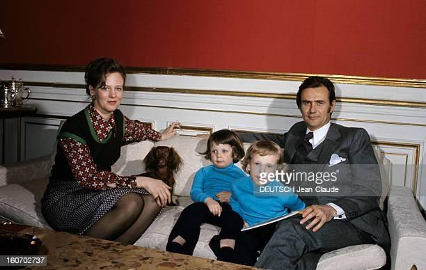 The Three French Princes Of Denmark Au Danemark en mars 1973 dans une pièce du château de Fredensbörg assis sur un canapé en compagnie d'un chien...