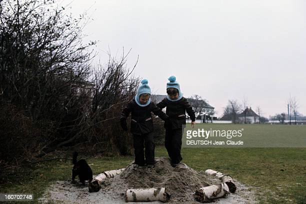 The Three French Princes Of Denmark Au Danemark en mars 1973 en compagnie d'un petit chien noir dans le parc du château de Fredensbörg en arrièreplan...