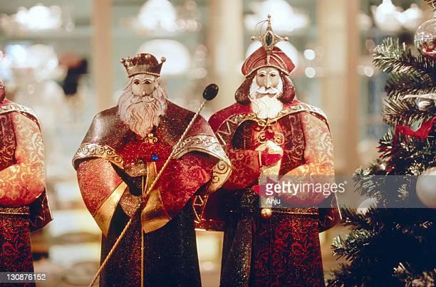 the three magi, figurines, christmas tree. - reyes magos fotografías e imágenes de stock
