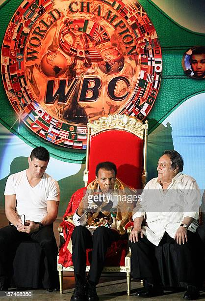 The threetime heavyweight champion of boxing US Mohamed Ali next to the president of the World Boxing Council Jose Sulaiman receives the title of...