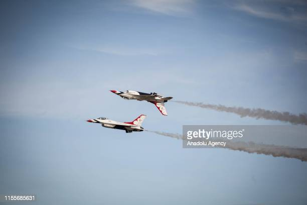 The Thunderbirds are an EEUU air force combat command unit made up of 8 pilots on board F-16 Fighting Falcon aircraft n during a perform at...