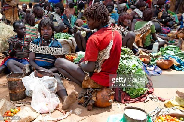 the thursday market in key afer, omo valley, ethiopia - femme tribu afrique photos et images de collection