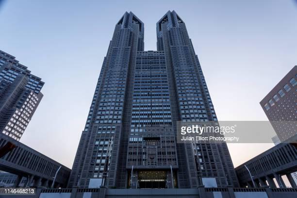 the tokyo metropolitan government building in tokyo, japan. - sede central fotografías e imágenes de stock