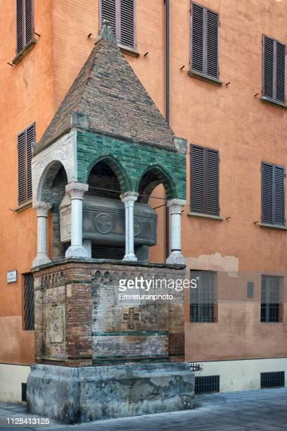 the tomb of a legal scholar in bologna. - emreturanphoto fotografías e imágenes de stock