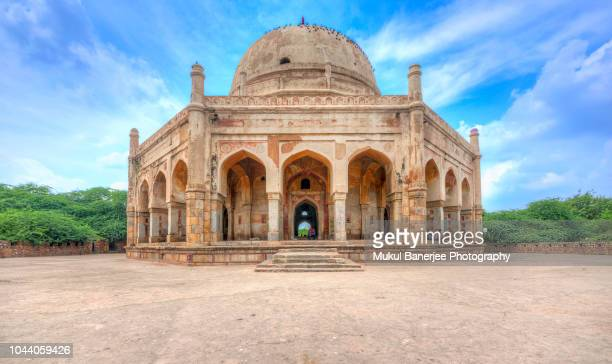 the tomb of adham khan (son of the wet nurse to mughal emperor akbar) in mehrauli on the outskirts of delhi. the octagonal building was built on the walls of lal kot (first delhi city). - archaeology stock pictures, royalty-free photos & images