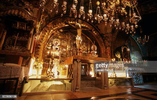 the tomb of christ in the church of the holy sepulchre - chiesa del santo sepolcro foto e immagini stock