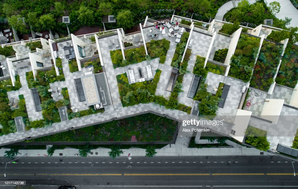 The top directly above view to the modern rooftops with gardens in Brooklyn Heights, at the waterfront nearby Esplanade and Brooklyn Bridge Park : Stock Photo