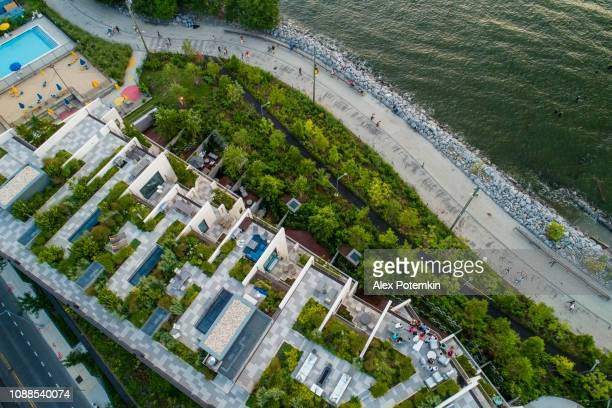 the top directly above view to the modern rooftops with gardens in brooklyn heights, at the waterfront nearby esplanade and brooklyn bridge park - dumbo stock pictures, royalty-free photos & images