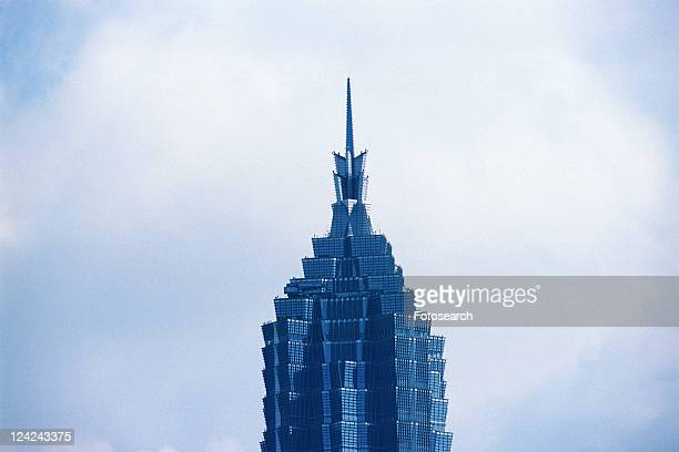the top of the jin mao tower under a blue sky, low angle view, shanghai, china - low angle view photos et images de collection