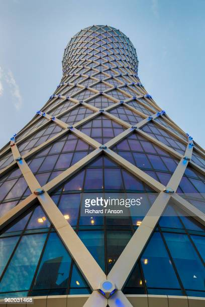 the tornado tower, or qipco tower, in the central business district - doha photos et images de collection