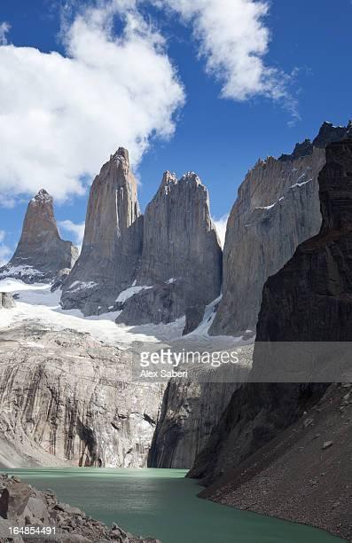 the torres del paine mountains in torres del paine national park. - alex saberi 個照片及圖片檔