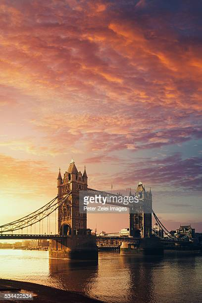 the tower bridge in london, united kingdom at sunrise - london bridge photos et images de collection