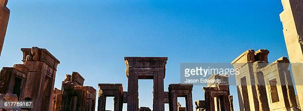 the towering columns, doorways and lintels of the tachara palace. - ダレイオス1世 ストックフォトと画像