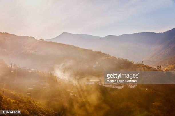 the towering trongsa dzong in trongsa, bhutan - trongsa district stockfoto's en -beelden