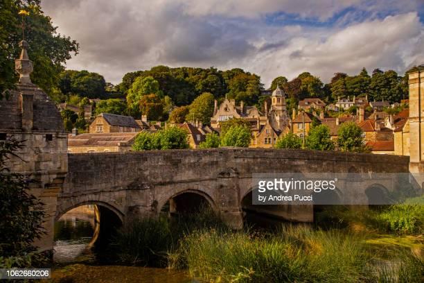 the town bridge over the river avon, bradford-on-avon, wiltshire, united kingdom - ウィルトシャー州 ストックフォトと画像