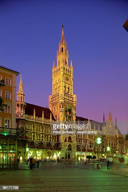 the town hall at night in the city of munich, bavaria, germany - rathaus stock-fotos und bilder