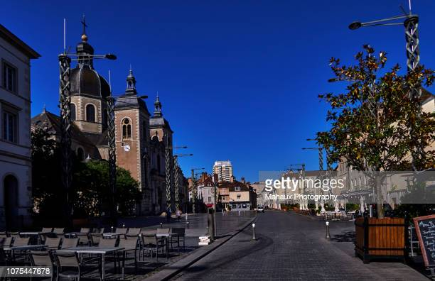 the town hall square in front of the st-peter church in chalon-sur-saône. - シャロンシュルソーヌ ストックフォトと画像
