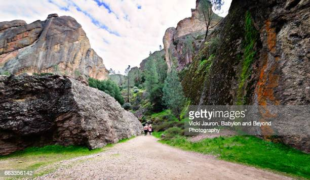 the trail to balconies caves at pinnacles national park - felsspitze stock-fotos und bilder
