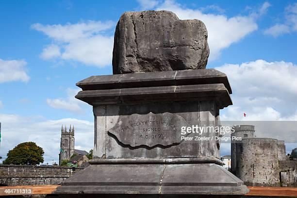 the treaty stone and king john's castle - limerick city stock-fotos und bilder