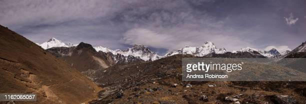 the trek to the forth and fifth lakes near gokyo with cho oyu, mt everest and lhotse in the background, everest base camp via gokyo trek, nepal - khumbu stock pictures, royalty-free photos & images