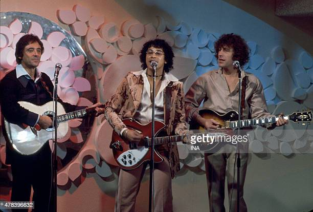 """The trio Sacha Distel, Laurent Voulzy and Alain Souchon sings, guitars in the hand, on the set of """"""""Number one"""""""""""