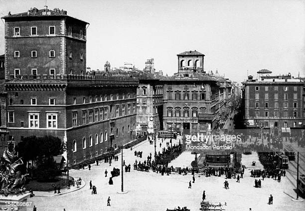 The troops of the Entente gathered in Piazza Venezia the howitzers taken away from the Austrian army. Rome, 1918