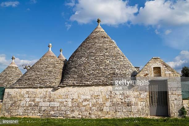 i trulli, le antiche case in puglia regione (italia - alberobello foto e immagini stock