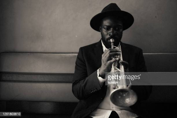 the trumpet player - arte, cultura e espetáculo imagens e fotografias de stock