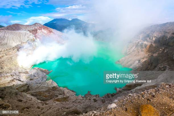 the turquoise lake inside the kawah ijen crater, indonesia. - copyright by siripong kaewla iad ストックフォトと画像