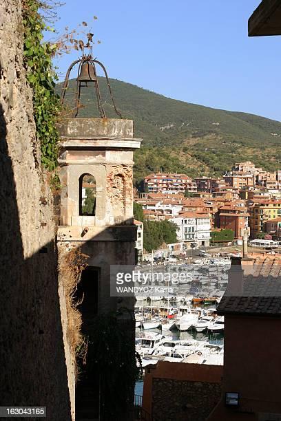 Porto Ercole Secret Paradise Of The Jet Set Vue sur la marina et les collines de la campagne toscane depuis la vieille ville de Porto Ercole