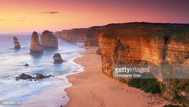 the twelve apostles at sunrise (great ocean road) - melbourne austrália - fotografias e filmes do acervo