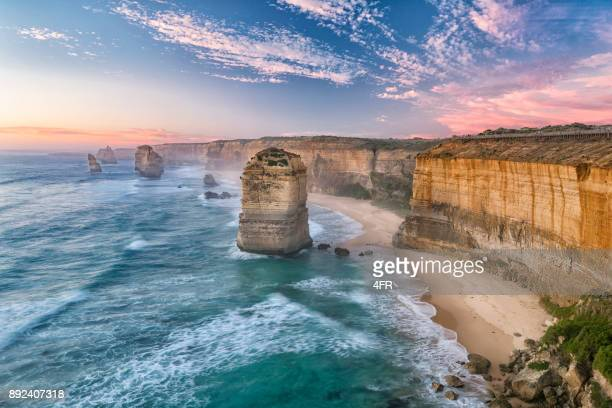 the twelve apostles-bergkette, die great ocean road, victoria, australien - küste stock-fotos und bilder