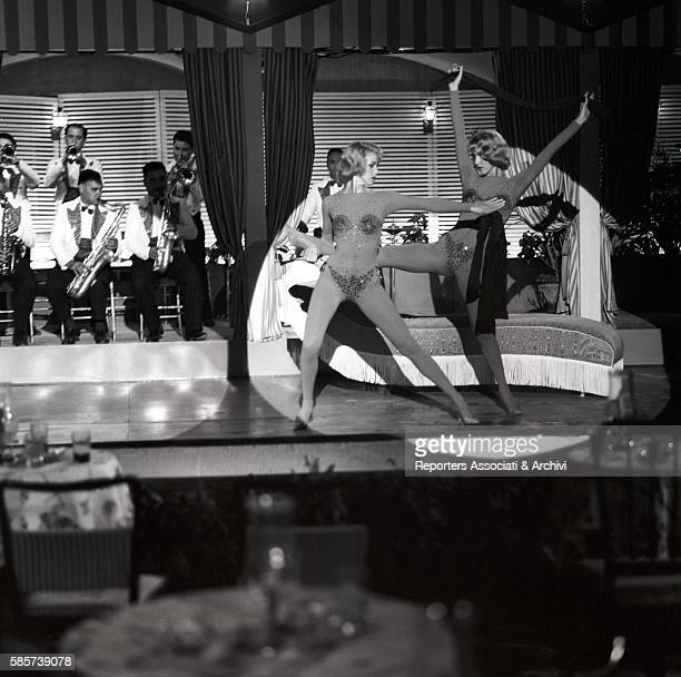 The twin sisters and famous German variety showgirls Alice and Ellen Kessler in the film 'The Legs of Sabrina' directed by Camillo Mastrocinque Italy...