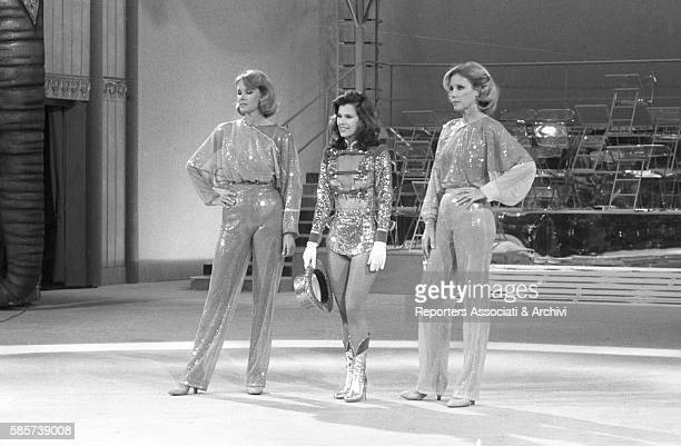 The twin sisters and well-known German variety showgirls Alice and Ellen Kessler smiling in the TV show 'Al Paradise'. They became two Italian TV...