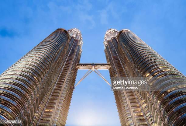 the twin towers at night, kuala lumpur, malaysia - torres petronas - fotografias e filmes do acervo
