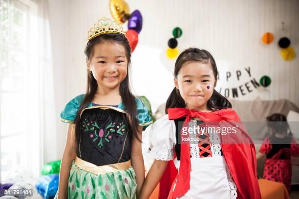2 人の女の子は、ハロウィーン パーティーを楽しんでいるように見えます。