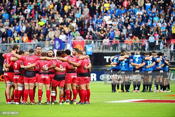 The two teams stand for a minute's silence for the two police officers mudered last week before the Rugby Top 14 League semi final match between RC...