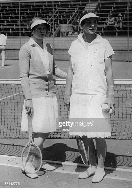 The two tennis players Helen Wills Moody and Edith Cross in Paris About 1932 Photograph Die beiden Tennisspielerinnen Helen Wills Moody und Edith...